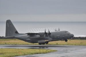 修理用とみられる資材を下ろし、離陸する米軍のMC130型輸送機=21日午後6時37分、奄美市笠利町の奄美空港