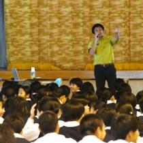 「これは何の鳴き声」と問い掛ける高橋さんと話し合う生徒=13日、奄美市名瀬大島高校