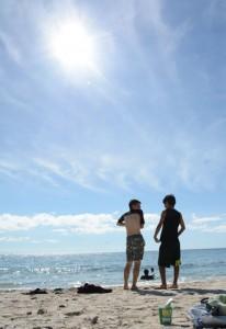 梅雨が明け、青空が広がった奄美地方=26日、奄美市名瀬の大浜海浜公園