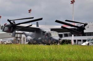 4日の緊急着陸後、駐機場にとどまったままのオスプレイ=11日、奄美市笠利町の奄美空港