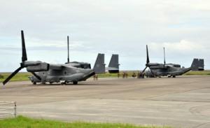 緊急着陸した米空軍のCV22オスプレイ2機=4日午後4時ごろ、奄美市笠利町の奄美空港