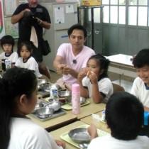 満島さん(中央)と給食を楽しむ薩川小の子どもたち=19日、瀬戸内町