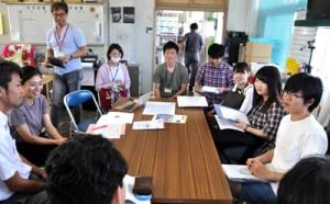 役場で企画振興課の職員と意見交換する鹿児島大学の学生ら(右側)=7日、知名町役場