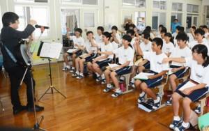 平田さんの歌に盛り上がる生徒ら=9日、大和村の大和中学校