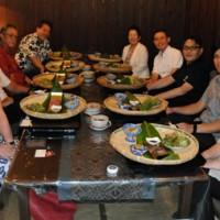 第1回総会後に交流したアジア食文化交流協会と奄美食文化プロジェクトのメンバーら=19日、奄美市