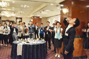 各島の特産品を使った料理や「与論献奉」などでゲストをもてなした立食パーティー=6日、大阪市北区