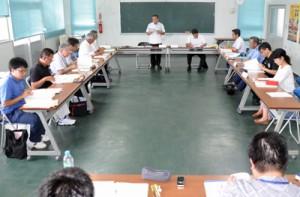 バス路線の変更について意見を交わした協議会=26日、和泊町の防災センター