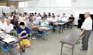 会員約80人が参加し、本年度の事業計画などを決めた総会=29日、和泊町の中央公民館