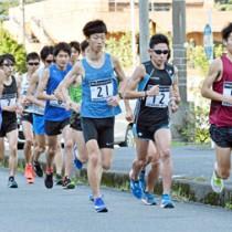 奄美大島で合宿に励む日本実業団陸上連合の長距離選手=1月15日、奄美市