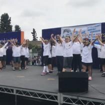 徳之島のバンドまぶらいの「ワイド節」に合わせて踊る米国の児童(提供写真)