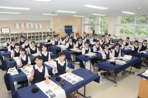 学校賞を受賞した大島高校書道部=6日、奄美市名瀬