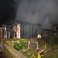 4棟が全焼した火災現場=19日午前3時20分ごろ、龍郷町嘉渡