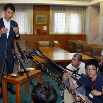 報道各社の取材に答える三反園知事=31日、鹿児島市の県庁