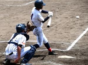 1点を返す右前打を放った奄美の中村=11日、県立鴨池球場