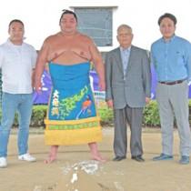 三重県であった贈呈式。(左から)竹山社長、大奄美関、大奄美関の叔父早口龍千さん、竹山晋作常務取締役=6日(竹山社長提供)