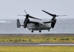 緊急着陸後、1カ月ぶりに奄美空港を離陸する米軍のオスプレイ=4日午後4時7分ごろ、奄美市笠利町