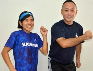 陸上部の北村さん(左)と屋宮教諭
