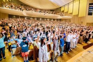 スタンディングオベーションで出演者をたたえる観客=15日、東京都中野区