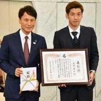 三反園訓知事(左)から表彰を受けた大迫選手=8日、鹿児島県庁