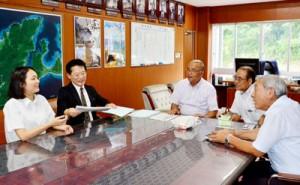 国際アイデアコンテストの結果を報告する成瀬さん(写真左)=26日、龍郷町