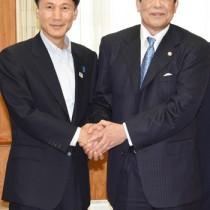 離島甲子園を前に三反園知事を訪ねた村田さん(右)=4日、鹿児島市の県庁