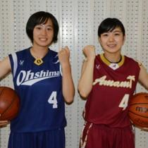 バスケットの県少年女子国体選手に選出された(右から)奄美高校3年の作と大島高校2年の林=19日、奄美市名瀬