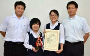 (写真左から)ドラマ制作に取り組んだ放送部の本田啓人さん、白浜部長、德田さん、東教諭