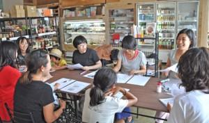 石井監督(右)と共に塩について学んだワークショップ=28日、和泊町のおきえらぶ百貨店