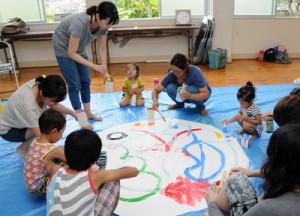 参加者の自由な発想を合わせ、一つの絵と歌を完成させた絵うた教室=27日、瀬戸内町俵