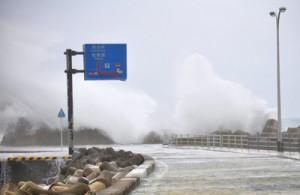 高波が押し寄せる和泊港=2日午後2時40分ごろ、和泊町