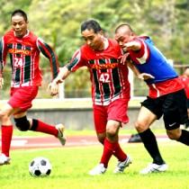 15チームが熱戦を繰り広げた8人制シニアサッカー=1日、奄美市笠利町の太陽が丘総合運動公園陸上競技場