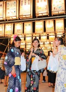 約200個の灯籠が境内に通じる参道を照らし、人々の目を引いた六月灯=28日、奄美市名瀬の高千穂神社