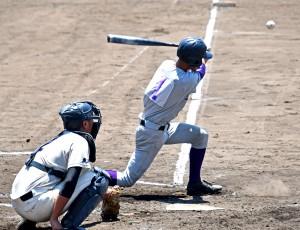 左前打を放つ古仁屋の永井=16日、鹿児島市の県立鴨池球場