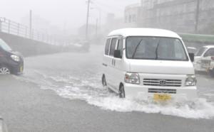 大雨で冠水寸前の道路=21日午後3時15分ごろ、知名町知名