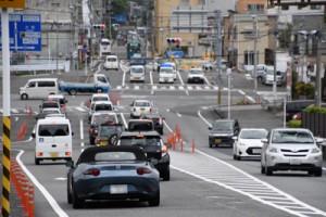 奄美市名瀬の永田橋交差点。住民の運転車両に混じって毎日多くのレンタカーが行き交う=10日