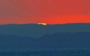 奄美大島の山並みに沈む太陽が見せた現象=15年8月26日、喜界町小野津
