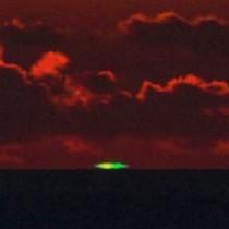 東シナ海の水平線上に出現したグリーンフラッシュ=14日午後7時29分、大和村宮古崎で吉行さん撮影