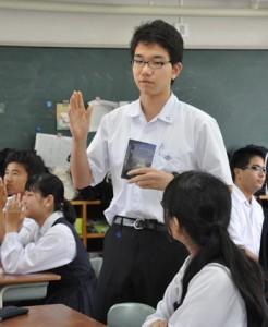 愛読書の魅力を紹介する積さん=12日、奄美市名瀬の大島高校