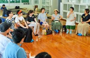 島内外のハンドメード作家が交流した座談会=12日、奄美市名瀬の産業支援センター