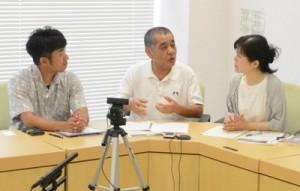 島唄伝承について語り合うイベント企画団体の原田代表(右)ら