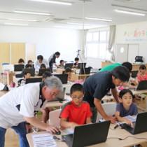 徳之島町が17年度に実施した若年層へのプログラミング普及事業(参考写真)