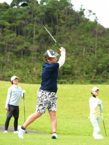 ゴルフ競技で開幕した県体大島地区大会=6日、奄美市名瀬の奄美CC郡