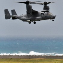 緊急着陸後、30日ぶりに飛行するオスプレイ=3日午後0時52分ごろ、奄美市笠利町の奄美空港
