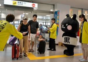 到着ロビーでシマ博をPRする関係者ら=13日、奄美市笠利町の奄美空港