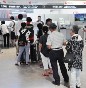 空席待ちの手続きで並ぶ人たち=21日午前11時ごろ、奄美空港
