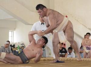 【相撲個人一般1部決勝】上手出し投げで優勝を決めた伊仙の中(右)=8日、奄美市の名瀬中学校相撲場