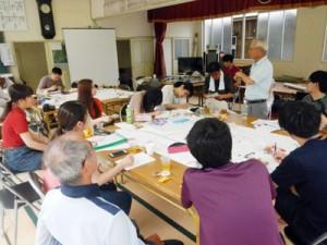 住民の話を聞き、地域の可能性と課題を探る駒澤大学地理学科の学生たち=6月30日、宇検村生勝