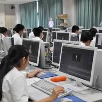 3Dモデルの制作法を学ぶ生徒たち=6日、奄美市名瀬