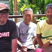 毎年沖永良部島を訪問している(右から)加藤さん、福岡さんと、その友人の後藤さん=19日、和泊町