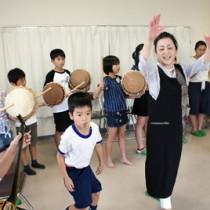 島唄に合わせてチヂン(太鼓)をたたく子どもたち=28日、鹿児島市
